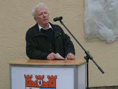 Helmut Meyer spricht zur Gedenktafelenthüllung am 8. April 2011 vor dem Haus der Jugend Charlottenburg