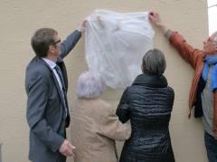 Frau Brüning und Frau Schwalm enthüllen zusammen mit Dr. Wörmann und Dr. Roeder die Gedenktafel