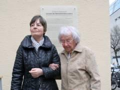 Frau Brüning und Frau Schwalm vor der Gedenktafel
