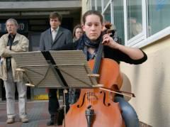 Eine Schülerin der Musikschule bot eine hervorragende musikalische Einführung