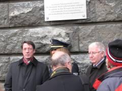 Vor der neuen Gedenktafel - Innensenator Dr. Ehrhart Körting (links), Polizeipräsident Dieter Glietsch (rechts)