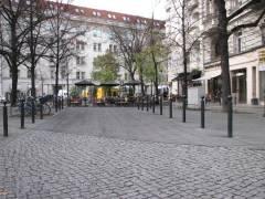 George-Grosz-Platz - Die ehemalige Querstraße, Hauszufahrt und Cafés