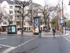 George-Grosz-Platz - Gegen dreimal Wall-Reklame kommt die Informationssäule für den Namensgeber nicht an