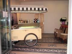 Berliner Eismanufaktur in der Seelingstraße - Blick in das Café mit Kuchen- und Getränkewagen