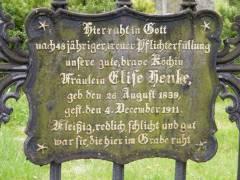 Grabstein auf dem Alten Zwölf-Apostel-Kirchhof (Schöneberg) / Foto © Ev. Zwölf-Apostel-Kirchengemeinde