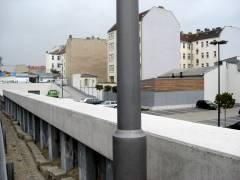 Zustand desselben Teils 2014, jetzt Parkplatz des Rewe-Marktes. In der Lücke vor der dunklen Brandmauer liegt Sophie-Charlotten-Straße 38