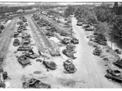 Panzerwracks auf dem Güterbahnhofsgelände (1946) / Inv.-Nr. SM 2011-1705,20. © Stiftung Stadtmuseum Berlin