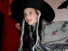 Halloween - eine kleine Hexe mit Rückenbeschwerden