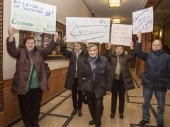 """Mitglieder des Vereins """"Harmonie"""" protestieren im Rathaus / Foto © Frank Wecker"""