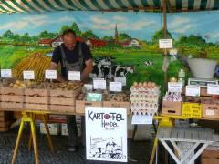Kartoffelstand auf dem Wochenmarkt Klausenerplatz