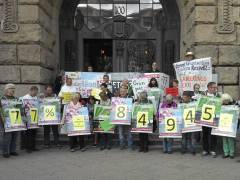 Kleingärtner der Kolonie Oeynhausen protestieren vor dem Rathaus Charlottenburg