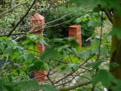 Stelen in einem Kiezer Hinterhof