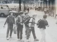 Auf dem Schulweg in einem lebendigen Kiez / Bild aus der damaligen Sanierungszeitung Nr. 13 von Okt. 1994