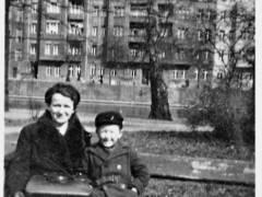 Helmut Meyer mit seiner Mutter auf einer Bank an der Spree im Schloßpark Charlottenburg - im Hintergrund Häuser am Tegeler Weg