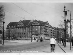 Blick entlang der Augustastraße Richtung Berliner Straße (1930er Jahre). Der weiße Fleck rechts vom Kopf des Radfahrers ist die Außenwerbung des Kinos.