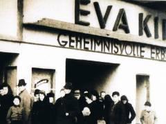 """Das Kino war im Krieg unbeschädigt geblieben. 1947 Vorführung von """"Die geheimnisvolle Erbschaft"""" (1946), David Leans Verfilmung des Romans """"Great Expectations"""" von Charles Dickens]"""