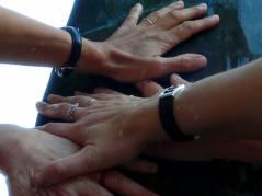 Gemeinsamkeit und Nachbarschaft - Kiezer Hände im Element Wasser verbunden
