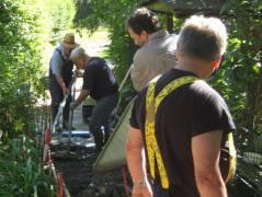 Bau einer Rampe in der Kleingartenanlage/ Foto © Kolonie Bundesallee