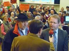 Abendschau-Reporter Ulli Zelle im Gespräch mit dem Oeynhausen-Vorsitzendem Alban Becker und Stadtrat Schulte