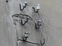 Alte Isolatoren der Stromversorgung auf dem Gelände der früheren Kohlenhandlung Kowalski