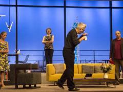 """Dominic Raacke, Katja Weitzenböck, Jana Klinge und Romanus Fuhrmann in """"Die Niere"""" in der Komödie am Kurfürstendamm / Foto © Frank Wecker"""