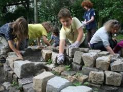 Schüler der Nehring-Grundschule im Klausenerplatz-Kiez bauen einen Kräutergarten (Herbst 2010)