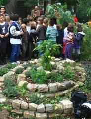 Ausklang im neuen Kräutergarten