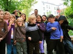 Schüler der Nehringschule bei der Einweihung des Kräutergartens