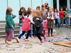 Tanz mit Schülern der Nehringschule bei der Einweihung des Kräutergartens