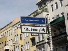 Wegweiser zur Künstlerfabrik K19 am Klausenerplatz mit den Freien Theateranstalten