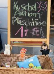 """Kuschelaktion bei """"Komm & Sieh"""" in der Neuen Christstraße 5"""
