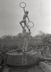 Olga Lander - Veranstaltungen im Rahmen der Truppenbetreuung für die 36. Panzerbrigade, Bahnhof Rasdelnaja, vermutlich August 1944. / Foto © Zentrales Museum der Streitkräfte, Moskau