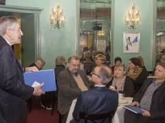 """Otfried Laur stellt das Buch """"Skurrile Theatergeschichten"""" vor / Foto © Frank Wecker"""