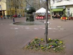 Blumenbeet und Pilzbrunnen auf dem Leon-Jessel-Platz