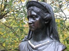Büste von Königin Luise im Schloßpark (Luiseninsel)