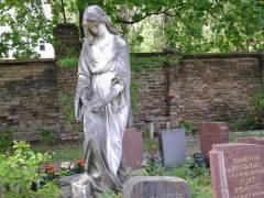 Luisenfriedhof I in Charlottenburg - Die Trauernde. Skulptur von Uphues