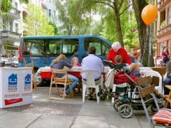 Alt und Jung beim Malen und Basteln vor dem Eiscafé Q-Masch in der Nehringstraße