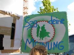 """Plakat von jungen Frauen auf der Mieten-Demo """"Wir bleiben alle!"""" (2012)"""
