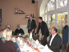 Informationen zum Unternehmen von Herrn Jellema und Herrn Tarras beim Zwischenstopp in einem Restaurant