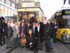 GEWOBAG-Vorstand, -Geschäftsführungen, -Mitarbeiter und -Mieterbeiräte vor dem Start am Alex
