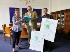 Mitglieder der MieterWerkStadt Charlottenburg übergeben BVV-Vorsteherin Annegret Hansen Unterschriften von Charlottenburg-Wilmersdorfer Bürgerinnen und Bürgern zum Einwohnerantrag zur Ausweisung von Milieuschutzgebieten