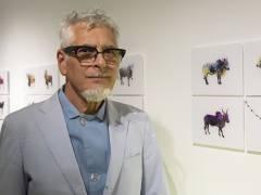 """Toni Meneguzzo vor den Fotos seiner Ausstellung in der """"Galerie 206"""" / Foto © Frank Wecker"""