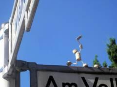 Korkmännchen auf dem Straßenschild in Wilmersdorf