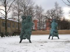 """Hof mit """"Bettina Berggruen Garten"""" und Skulpturen des Künstlers Thomas Schütte"""