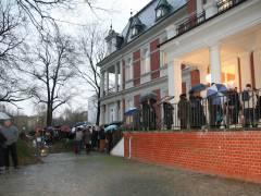 Eine schier endlose Schlange zur Eröffnung vor der Villa Oppenheim