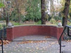 Untere Terrasse mit Backstein-Rondell der Villa Oppenheim