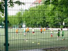 """Jugend trainiert auf dem Sportplatz Fritschestraße/Zillestraße  (im """"Nassen Dreieck"""")"""