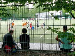 Begeistertes Fußballspiel zieht auch Zuschauer  an. (Sportplatz Fritschestraße/Zillestraße)