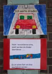 Nehring-Grundschule in der Nehringstraße - Einfahrt mit Warnhinweisen der Schüler