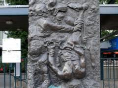 """Gedenkrelief """"Tod des Demonstranten"""" von Alfred Hrdlicka für Benno Ohnesorg"""